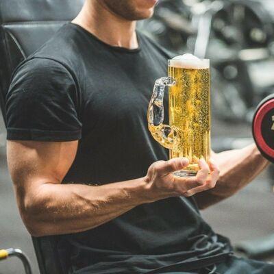 ajándék; korsó, sör, izom;  lifetrend.hu; Izmos söröskorsó
